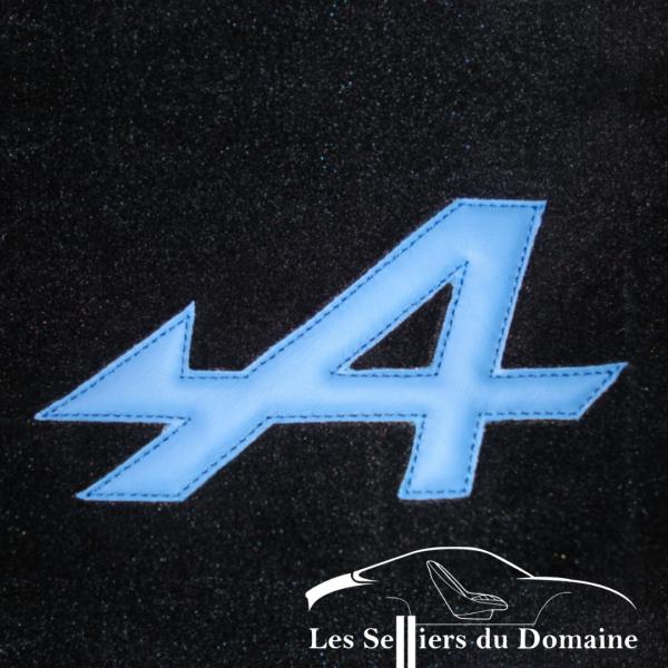 Renault Alpine A110 Berlinette A en cuir bleu cousue sur le sur-tapis
