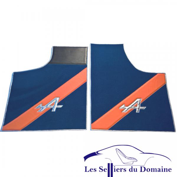 Renault Alpine A110 Berlinette set sur tapis sur-tapis moquette bleu jonio 2 bandes en cuir orange et A en cuir argent- 50e anniversaire