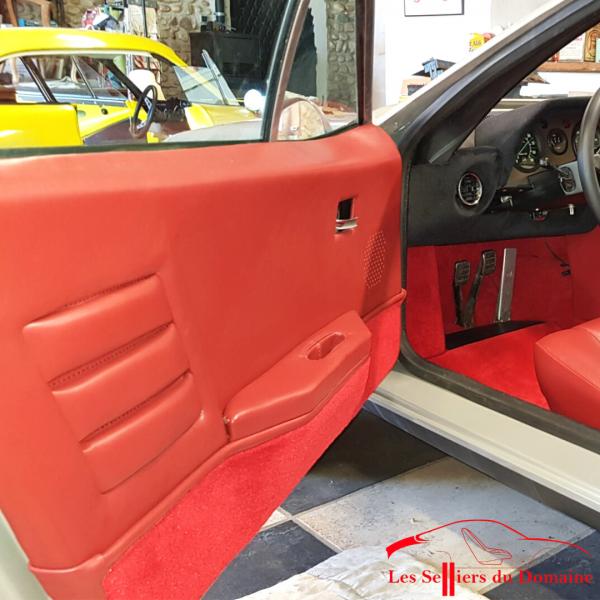 Garniture de porte Alpine A310 4 Cylindres en cuir couleur rouge bordeaux et bas de porte en moquette rouge rubis