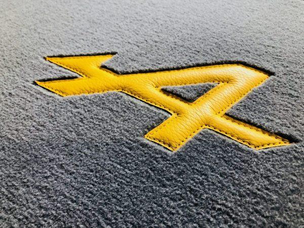 Renault Alpine set sur tapis sur-tapis gris jaune