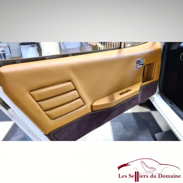Garniture de porte Alpine A310 4 Cylindres en cuir couleur beige et bas de porte en moquette marron chocolat