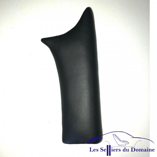 Garniture en cuir noir Matra Djet posé sur le support du client